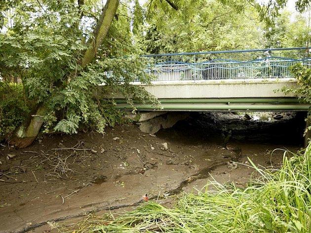 Náhon Halda bude vypuštěný až do konce října. Povodí Labe odstraňuje ze dna nánosy bahna, které snižují kapacitu toku. Náhon by pak měl mít plynulý spád