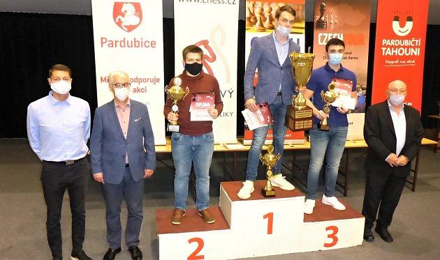 NA STUPNĚ VÍTĚZŮ JEDINĚ VROUŠKÁCH. Výrazně osekaný organizační štáb 31.ročníku mezinárodního festivalu šachu a her Czech Open dbal na dodržování opatření proti koronaviru.