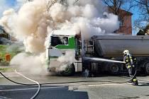 Hasiči si poradili s hořícím kamionem