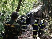 Hasiči při požáru chatky na Holicku objevili předmět, který nápadně připomínal granát