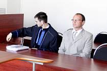 Pardubický okresní soud shledal policistu Aloise Čapka viným z krádeže mobilního telefonu oběti smrtelné autonehody. Uložil mu podmíněný trest.