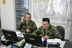 Řídit operaci mohou velitelé od počítače. Operátoři nadřízeného prvku odesílají zprávu podřízeným jednotkám.