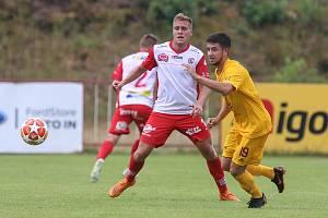 Fotbalová příprava: FK Pardubice (v červenobílém) a Dukla Praha B (ve žlutém) na hřišti Na Dolíčku.