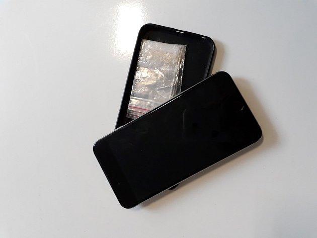 Za nalezeného iPhonu začalo na služebně pardubické městské policie padat překvapení vpodobě pěti sáčků sdrogou.