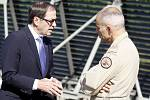 Kanadský velvyslanec Otto Jelinek přijel do Pardubic pozdravit kanadské vojáky. Zde na snímku s ním hovoří kapitán letounu Jean Maisonneuve