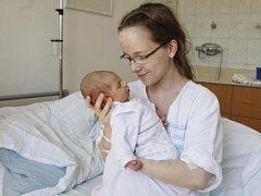 Karolína Vrbatová se narodila 4. června v 9:52 hodin. Měřila 48 centimetrů a vážila 3300 gramů. Maminka Hana a tatínek Pavel jsou z Rosic nad Labem a doma ještě čeká syn Tomáš (2,5).