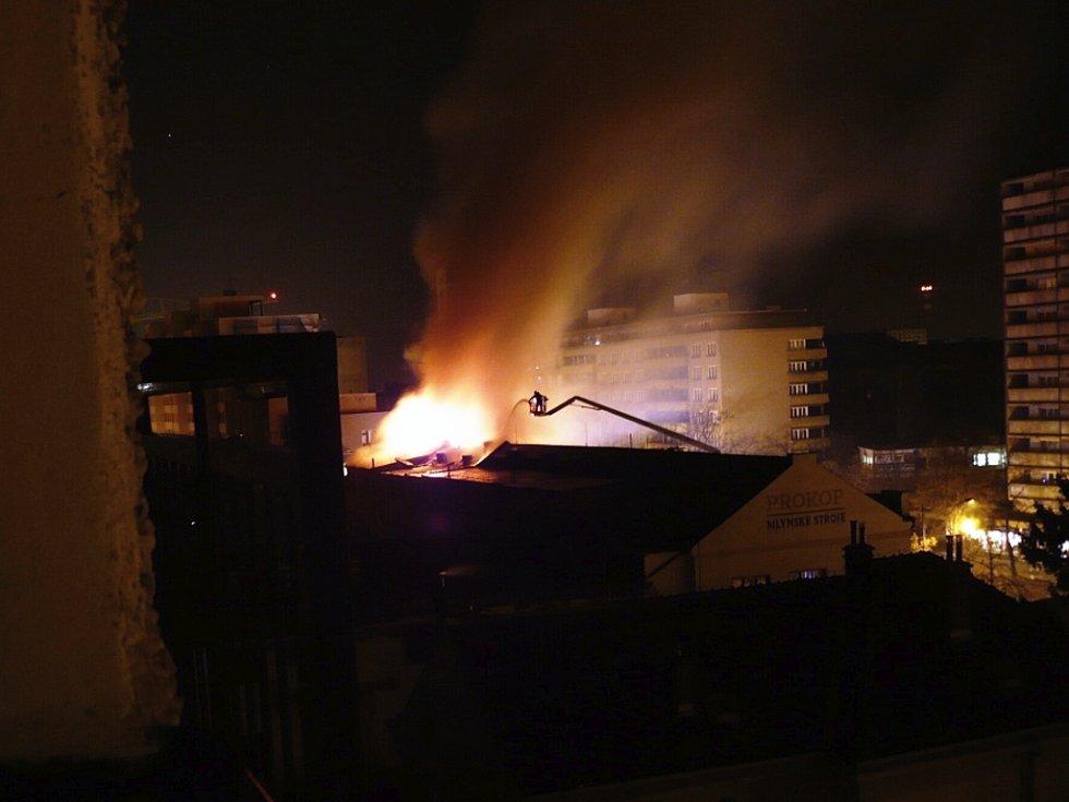 Požár budovy TMS z balkonu blízkého domu