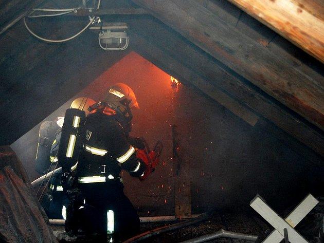 Požár v podkroví vznikl od komína