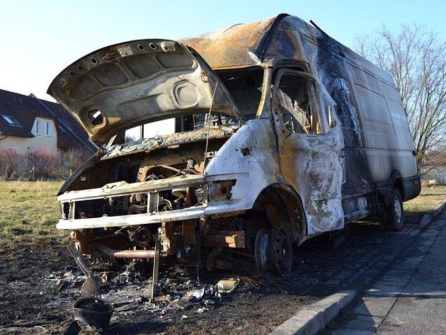 Požár dodávku ve Spojile zcela zničil.