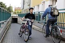 """Do jednoho týdne se budou cyklisté v Pardubicích u """"myší díry"""" učit sesedat z kola. Na toho, kdo značku neuposlechne, ale žádná mechanická zábrana nečeká. Strážníky však čekejte..."""