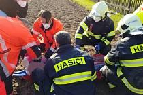 V Barchově na Pardubicku zasahovali v sobotu večer jak hasiči, tak zdravotníci. Důvodem bylo zranění muže, který se zamotal při práci do kultivátoru, který se mu zabodl do dolní končetiny.