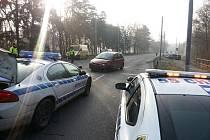 Nehoda v Rybitví. Opilý řidič ve vysoké rychlosti sestřelil ze silnice na cyklostezku auto.