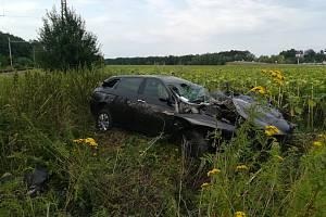 Rychlík ve Stéblové smetl osobní auto s třemi mladými lidmi