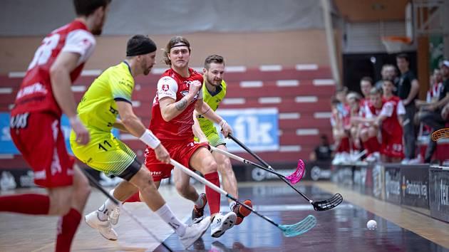 V Ostravě dopadli lépe. V domácím utkání dostali pardubičtí Sokoli (v červeném) od Vítkovic za uši. Venku jim ale vzdorovali.