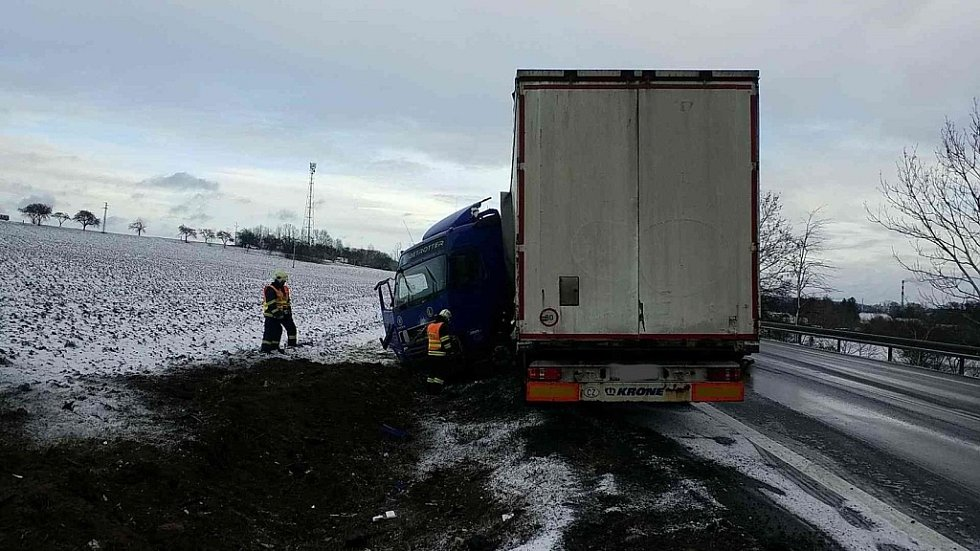 Kolize nákladního automobilu u Litomyšle, hasiči tady museli řidiče dostat z kabiny.