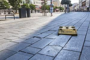Třída Míru v Pardubicích se rozpadá už 3 roky po rekonstrukci. Dlažba se rozpadá v úseku mezi Pernerovou ulicí a Masarykovým náměstím.