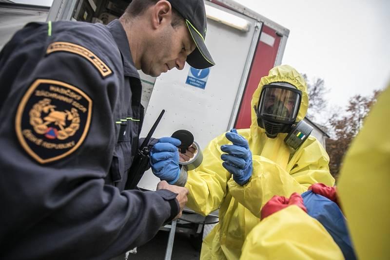 Cvičení Agens, druhý den. Sebevražedný atentátník v pardubickém univerzitním kampusu odpálil nálož s nervovým plynem sarin.