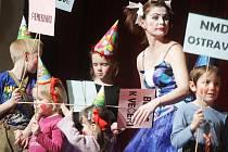 Grand festival smíchu 2013 zahájila podle zvyku klaunská rodinka a dětíííí
