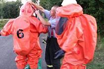 PROVĚŘIT BYLO třeba i vycházející dým z dělostřeleckého granátu, zda se nejedná o toxický plyn nebo otravnou látku. O to se postarali přivolaní specialisté hasičů.
