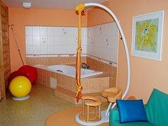 Ženy teď mají na nadstandardním porodním sále k dispozici zařízení Multitrac, jehož součástí je porodní stolička, závěsný systém a gymnastický míč.