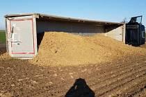 U Moravan se převrátil náklaďák s pískem