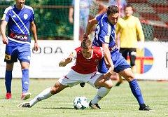 Utkání Fobalové národní ligy mezi FK Pardubice (ve červenobílém) a MFK Frýdek Místek (v modrém) na hřišti pod Vinicí v Pardubicích.