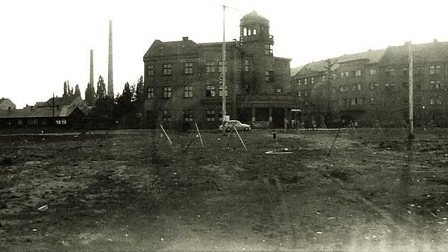 HUSŮV SBOR byl postaven v roce 1928. Na místě, kde stávaly cirkusy a pouťové atrakce, byly v roce 1964 otevřeny městské lázně, dnes výstavní centrum Ideon. Prostranství před sborem se v letech 1930 až 1940 jmenovalo Lernetovo náměstí podle Josefa Lerneta.