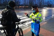 I v letošním roce se budou policisté při preventivních aktivitách věnovat chodcům a cyklistům. O bezpečnosti chodců na silnici informovali 3. února v Pardubicích.