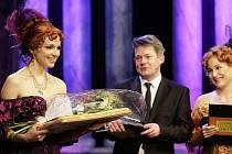 Pardubická herečka Martina Sikorová (vlevo) přebírá Cenu za nejlepší ženský herecký výkon přehlídky.