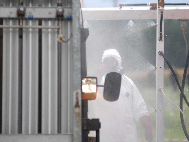 Dekontaminace osob a techniky vyjíždějící z Nořína