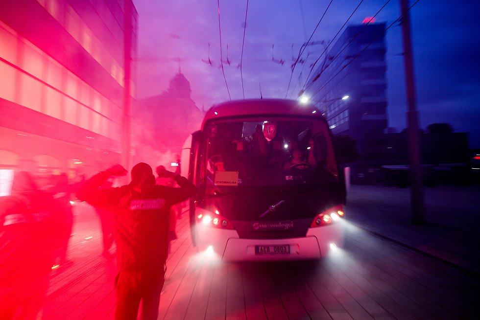 Několik desítek věrných fanoušků fotbalového klubu FK Pardubice přívítalo hráče po příjezdu z posledního zápasu Fortuna ligy na třídě Míru v Pardubicích, kde jim poděkovali za celou sezónu, kde překvapili celou ligu.