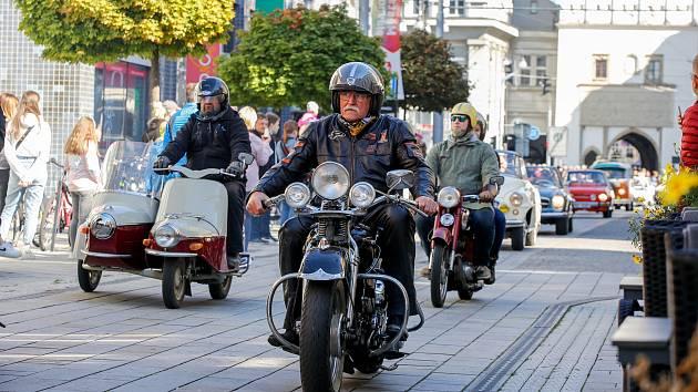 Srazu a spanilé jízdy historických vozidel a motocyklů centrem města Pardubic se zúčastnilo více jak 150 posádek.
