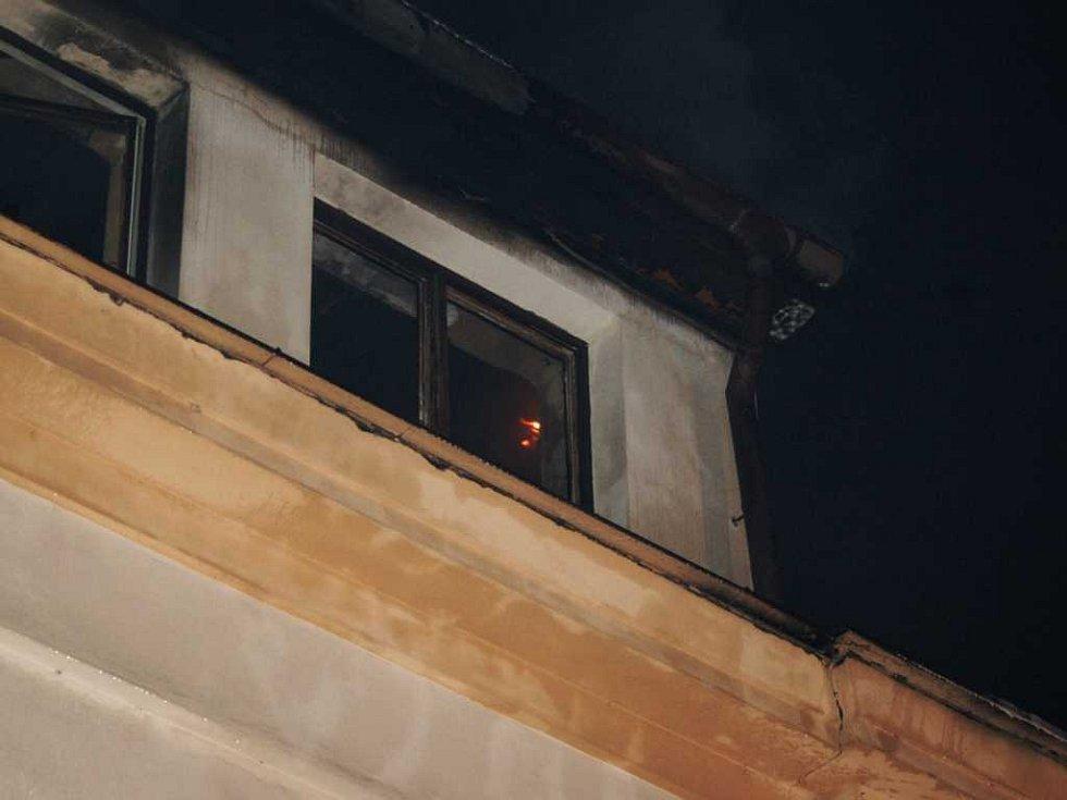 Ani po třech hodinách plameny nechtěly uhasnout
