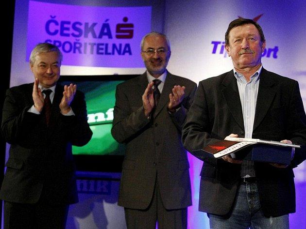Mimořádného ocenění se dočkal Vladimír Martinec, hokejová legenda nejen pardubického hokeje, při vyhlášení výsledků ankety Sportovec roku 2009 a sklidil zasloužený potlesk.