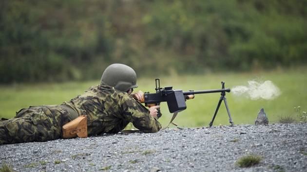 Voják aktivní zálohy zahájil palbu z kulometu.