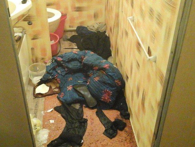 Byt vypadal jako po výbuchu, nájemce našli nahého ve vaně s nepřítomným výrazem.