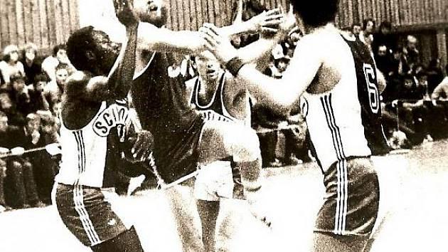 Klenot. Pardubický pivot, mistr republiky z roku 1984, František Burgr vždy vyznával technický basketbal. Za svojí specialitu považuje střelbu přes hlavu. Tu odkoukal od legendárního Jiřího Zídka.