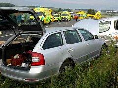 Mezi Holicemi a Časy se v úterý ráno srazila tři vozidla, na místě bylo zraněno 7 lidí.