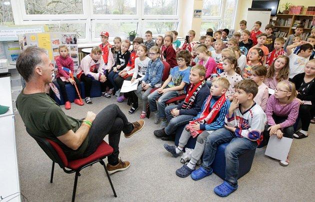 Dominik Hašek se vrátil do školy.