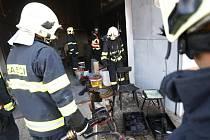 Požár v dílně v Doubravicích vzplál blízko tlakových lahví.