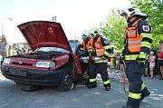 Dobrovolní hasiči z Lázní Bohdaneč slavili 140 let výročí. Požehnání do služby dostala dvě nová zásahová vozidla.