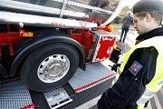 Nová mobilní váha má policistům v Pardubickém kraji pomoci v boji s přetěžovanými kamiony.