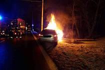 U Lázní Bohdaneč hořelo auto.
