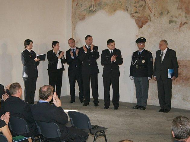 Veterán ve službách policie. Bohumír Knický (na snímku zcela vpravo) pro policii pracuje již 45 let.