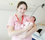 NATÁLIE VAŘÁKOVÁ se narodila 17. prosince v 5 hodin a 39 minut. Měřila 46 centimetrů a vážila 3060 gramů. Maminku Kateřinu podpořil u porodu tatínek Tomáš. Doma v Mělicích na nového sourozence čeká tříletý Adam.