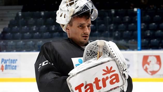 Hokejový brankář Peter Hamerlík na tréninku Pardubic