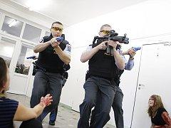 Policisté se nesmí ohlížet na raněné nebo mrtvé. Na místě se stále střílí...