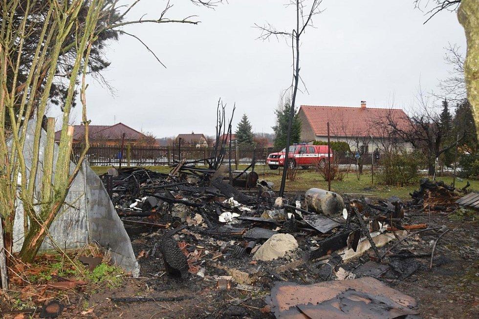 Požár zahradní kůlny ve Svinčanech. Pes cvičený na vyhledávání hořlavin druhý den označil jedno místo, kde zřejmě byla použita zápalná látka.