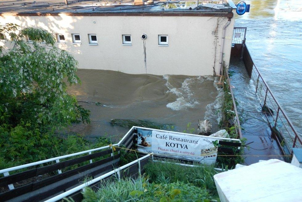 Zaplavená restaurace se skutečně stala přístavištěm.