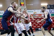 Kooperativa NBL: BK JIP Pardubice - Basket Brno. Šimon Puršl vlevo.